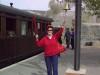 """Gunnel toca la campana - \""""¡viajeros al tren!\"""" /Gunnel slår på tågklockan -"""